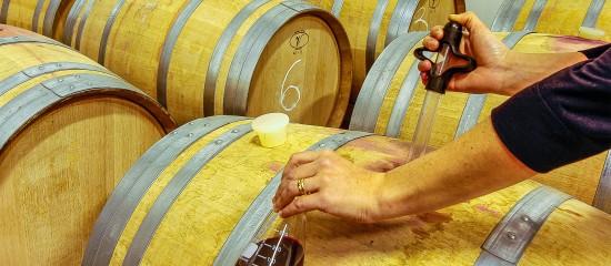 Des produits chimiques qui, après avoir été utilisés pour le traitement d'un vin, ont provoqué son altération sont considérés comme défectueux quand bien même ce vin n'est pas nocif pour la santé. La responsabilité de leur fabricant peut donc être engagée à ce titre.