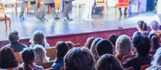 L'association organisant occasionnellement des spectacles peut verser des cotisations forfaitaires sur les rémunérations des artistes et techniciens embauchés.