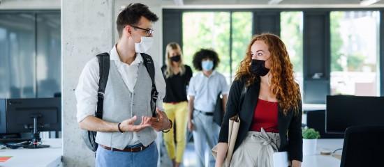 Sauf exceptions et/ou aménagements, les salariés doivent porter un masque de manière continue dans les espaces clos et partagés des entreprises.
