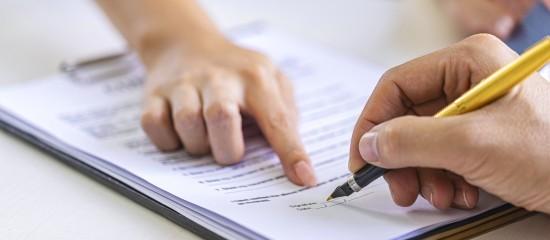 Sous peine d'être requalifié en contrat à durée indéterminée, le contrat à durée déterminée de remplacement doit préciser la qualification du salarié remplacé, et pas seulement la catégorie professionnelle à laquelle il appartient.