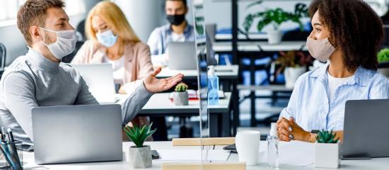 Les pouvoirs publics ont assoupli le protocole national visant à assurer la santé et la sécurité des salariés en entreprise, s'agissant notamment du télétravail et des réunions en présentiel.
