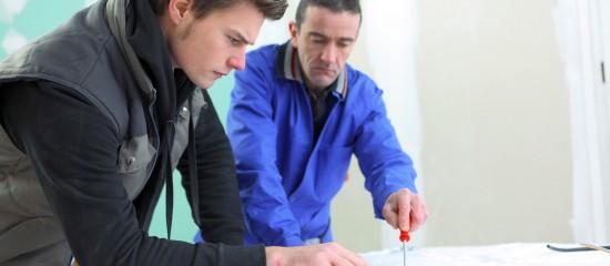 Le contrat d'apprentissage permet à un jeune d'acquérir en alternance une formation théorique et pratique en vue d'obtenir une qualification professionnelle.