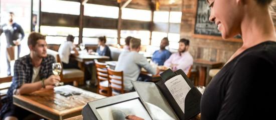 Créés en1962 et officialisés en1967, les titres-restaurant sont des titres de paiement distribués aux salariés pour, généralement, payer un repas. En2017, 140000entreprises et collectivités ont distribué des titres-restaurant à4millions de salariés.