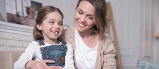 Un placement en activité partielle pour les salariés devant garder leurs enfants  -  Les salariés contraints de garder leur enfant en raison de la fermeture de son établissement scolaire ou parce que ce dernier a été identifié comme cas contact peuvent être placés en activité partielle.